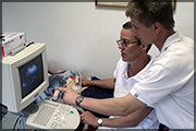 Die Fachärzte der Praxis am Ultraschallgerät