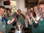 das Praxisteam mit schwarzen Händen